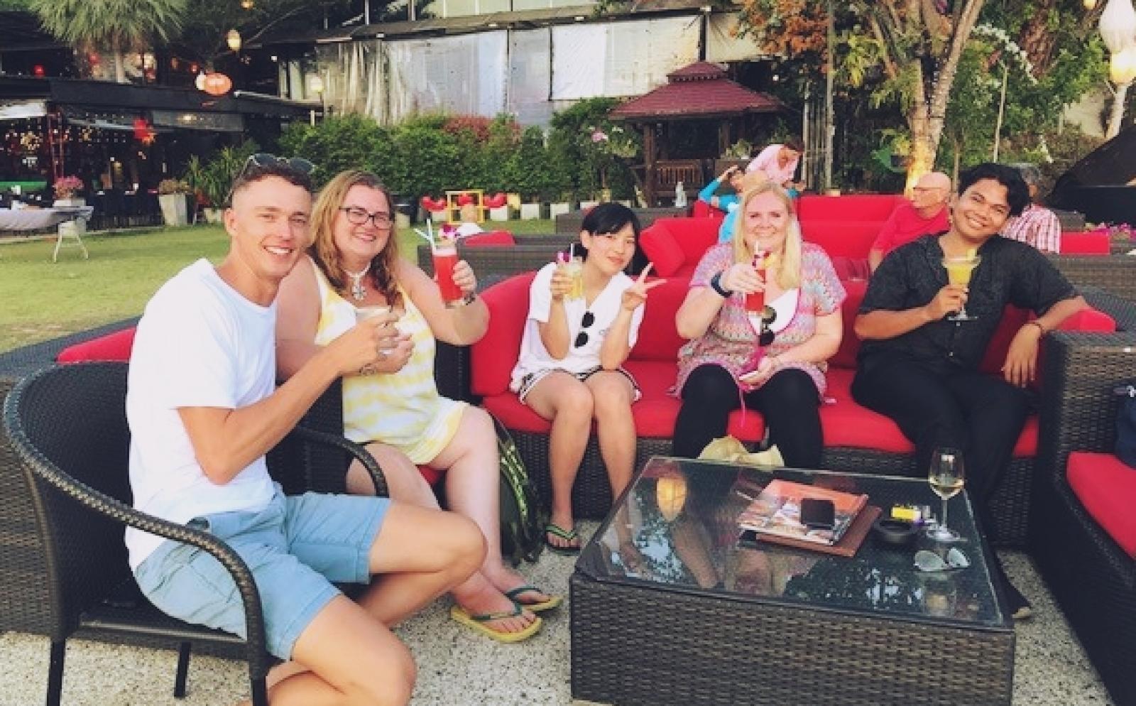タイで自由時間を楽しむ環境保護ボランティア北川七光さんと仲間たち